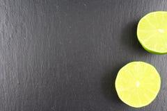 Свежий плодоовощ известки на текстуре предпосылки еды плиты шифера Стоковое фото RF