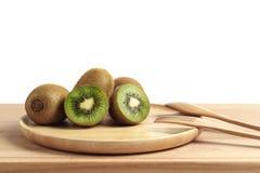 Свежий плодоовощ кивиа отрезанный в деревянной плите с деревянными ложкой и fo Стоковое Изображение RF