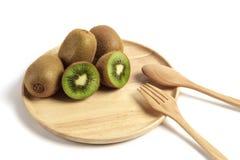 Свежий плодоовощ кивиа отрезанный в деревянной плите с деревянными ложкой и fo Стоковая Фотография RF