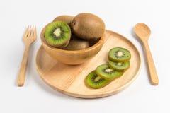 Свежий плодоовощ кивиа отрезанный в деревянной плите с деревянными ложкой и fo Стоковые Фотографии RF