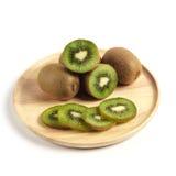 Свежий плодоовощ кивиа отрезанный в деревянной плите Стоковые Фото