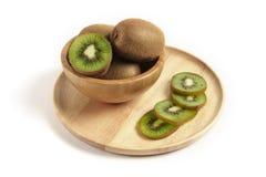 Свежий плодоовощ кивиа отрезанный в деревянном шаре на деревянной плите Стоковые Фотографии RF