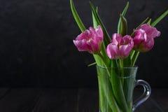 Свежий розовый букет цветков тюльпана в стеклянном опарнике стоковое фото
