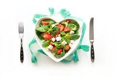 Свежий салат клубники, сельдерея, шпината, сыра в плите как сердце на белизне Потеря веса концепции для вытрезвителя стоковое изображение rf