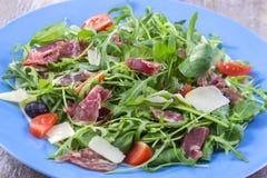 Свежий салат - очень вкусный свежий салат с томатами, салатом, баклажаном, цукини, сыром, ветчиной Пармы и оливковым маслом, голу Стоковые Изображения RF
