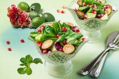 Свежий салат с листьями огурцов, feijoa, гранатового дерева и салата Стоковые Фото