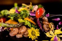 Свежий салат с морепродуктами креветок традиционными стоковое фото rf