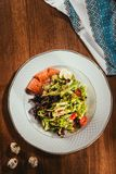 Свежий салат с овощами, яичками и семгами служил на белой плите Стоковые Фотографии RF