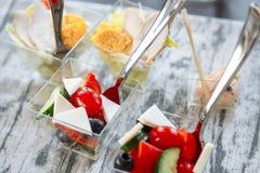 Свежий салат с сыром и томатом в стекле catering стоковая фотография