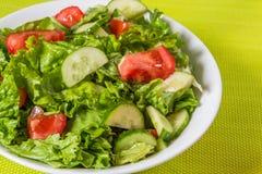 свежий салат Томат, огурец и зеленые цвета в белом шаре Стоковое фото RF