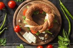 Свежий сандвич бейгл на прерывая доске Стоковые Изображения RF