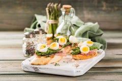 Свежий сандвич с яичками ветчины, спаржи и триперсток Стоковые Изображения RF