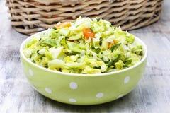Свежий салат в шаре поставленном точки зеленым цветом Стоковое фото RF