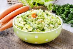 Свежий салат в шаре поставленном точки зеленым цветом Стоковые Фотографии RF