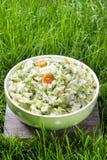 Свежий салат в шаре поставленном точки зеленым цветом Стоковые Изображения