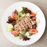 Свежий салат говядины с салатом, томатами, вареными яйцами, мустард sa Стоковые Фотографии RF