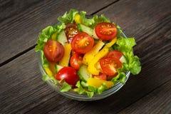 Свежий салат на деревянной предпосылке Стоковые Фотографии RF