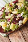 Свежий салат свекл, ананаса, козий сыра, анакардий и зеленых цветов Стоковая Фотография RF