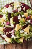 Свежий салат свекл, ананаса, козий сыра, анакардий и зеленых цветов Стоковые Фото