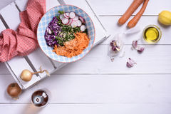 Свежий салат сырцовых зеленых цветов, овощи, оливковое масло над светом сватает Стоковые Изображения RF