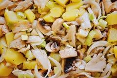 Свежий салат с картошками, грибами и луком Стоковые Изображения RF