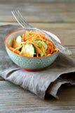 Свежий салат с огурцом и морковью в шаре Стоковые Фотографии RF