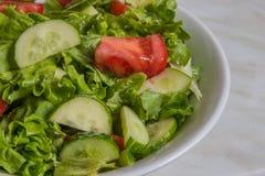 свежий салат Томат, огурец и зеленые цвета в белом шаре Стоковые Изображения
