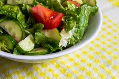 свежий салат Томат, огурец и зеленые цвета в белом шаре Стоковое Изображение RF