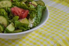 свежий салат Томат, огурец и зеленые цвета в белом шаре Стоковое Фото