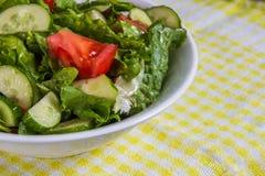 свежий салат Томат, огурец и зеленые цвета в белом шаре Стоковая Фотография