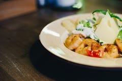 Свежий салат цезаря в круговой плите на деревянном столе и бутылке оливкового масла Стоковое Изображение RF