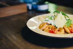 Свежий салат цезаря в круговой плите на деревянном столе Стоковые Изображения RF