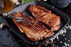 Свежий сваренный филей стейка говядины мяса для 2 в утюге зажаренный лоток с травами Стоковая Фотография RF