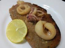 Свежий сваренный calamari и провозглашанный тост кусок хлеба Стоковое Изображение RF