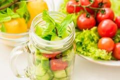 Свежий смешанный салат овощей в стеклянном опарнике Стоковые Изображения RF