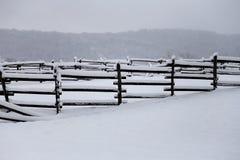 Свежий снег заполнил загородки загона на ферме лошади сельской зимы снежной Стоковое Изображение RF