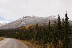 Свежий снег на горах во время падения Стоковое Изображение