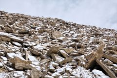 Свежий снег на камнях гор стоковое фото