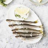 Свежий снеток или сардины рыб моря готовые для варить с лимоном, тимианом, розмариновым маслом и грубым солью моря Концепция свеж Стоковое фото RF