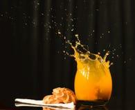 Свежий сок брызгая на печеньях Стоковая Фотография RF
