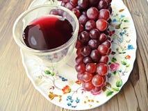 Свежий сок виноградины некоторыми виноградными лозами Стоковое Изображение RF