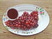 Свежий сок виноградины некоторыми виноградными лозами Стоковые Изображения RF