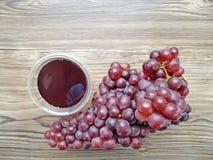 Свежий сок виноградины некоторыми виноградными лозами Стоковое Изображение