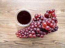 Свежий сок виноградины некоторыми виноградными лозами Стоковые Фото
