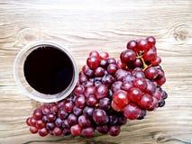 Свежий сок виноградины некоторыми виноградными лозами Стоковое фото RF