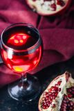Свежий сок гранатового дерева в стекле над черной предпосылкой Стоковое Изображение RF