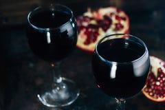 Свежий сок гранатового дерева в стекле над черной предпосылкой Стоковая Фотография RF