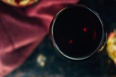 Свежий сок гранатового дерева в стекле над черной предпосылкой Стоковые Фото