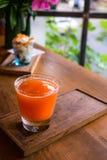 Свежий сок грейпфрута на деревянной доске Стоковая Фотография RF
