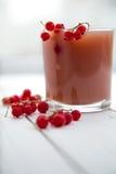 Свежий сок красной смородины в стекле Стоковая Фотография RF